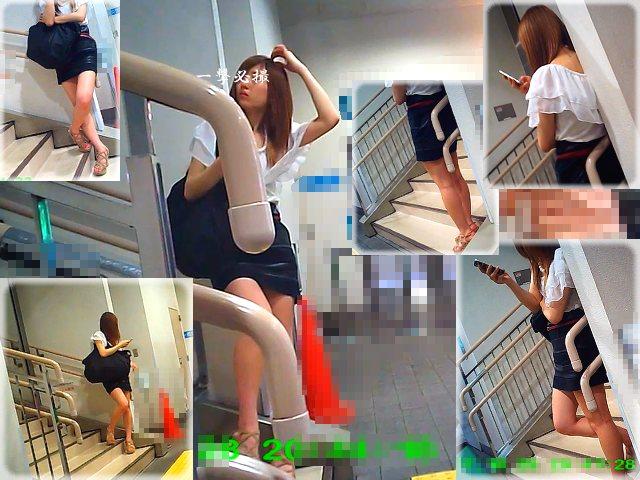 階段に立って人待ちしてたセクシーギャルのミニスカ姿を周囲から観察