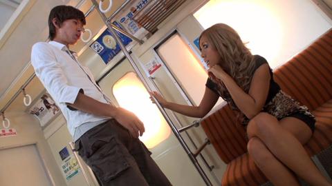 「なにパンツ見てんだよ!」電車で黒ギャルに痛罵罵倒!
