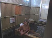 温泉でカップルがSEXしてたから覗いていたら女にバレた!!~誘惑ギャル~