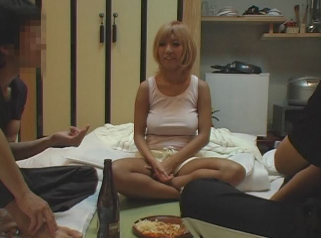 民宿宿で泊り込みでアルバイトしてる巨乳ギャルは同室の男にイタズラされる。